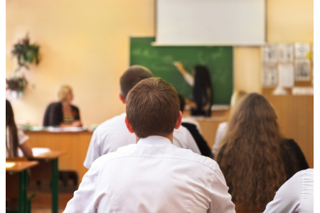 Минпросвещения РФ не рассматривает идею перехода на 12-летнюю систему обучения в школах – Емельянов