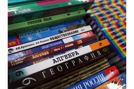 Все школы необходимо обеспечить бесплатными учебниками – Медведев