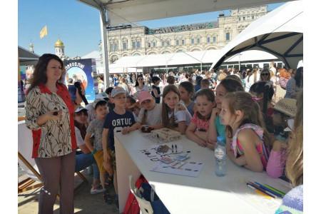 Мастер-класс «Просвещения»  по сказочному английскому собрал на Красной площади дошкольников и учеников начальных классов